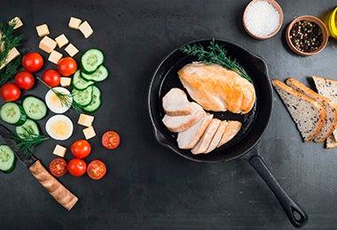Mesa con diferentes ingredientes y vegetales