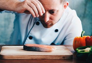 Chef con filete de pez crudo