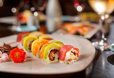 Plato con bocados de sushi