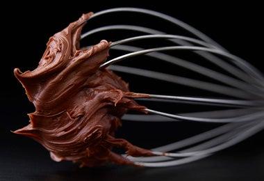 Batidor de globo con chocolate