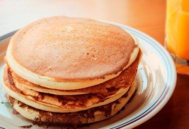 Pancakes y jugo de naranja
