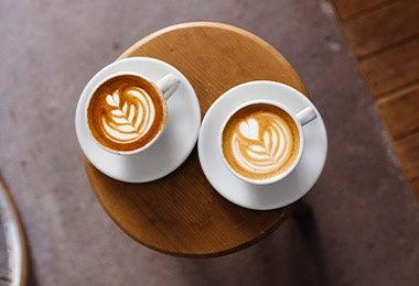 Dos tazas de café latte en desayuno continental