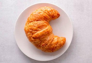 Plato con croissant de desayuno continental