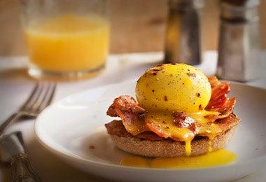 Huevos benedictinos con jugo de naranja