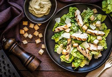 Plato de ensalada balanceada con proteína