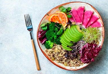 Plato de ensalada con varios ingredientes