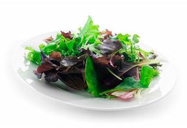 Plato de ensalada variedad de hojas de vegetales