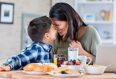 Madre e hijo con un desayuno balanceado