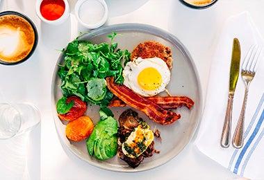 Huevos y verduras, un desayuno balanceado