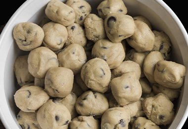 Pequeñas bolas de masa de galletitas con chips de chocolate