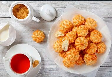 Galletitas fáciles con taza de té y leche