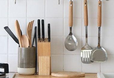 Una cocina con utensilios como cucharón y espátula