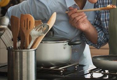 Un set de utensilios de cocina con espumaderas.