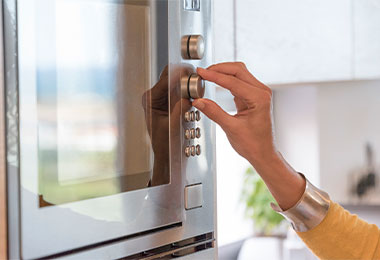 Mujer ajustando temperatura en horno para flan casero