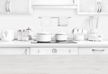 Cocina blanca con ollas limpias