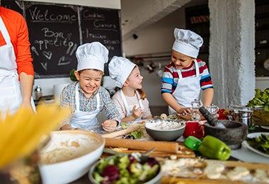 Niños riendo mientras cocinan
