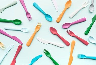 Utensilios de colores para los desayunos para niños