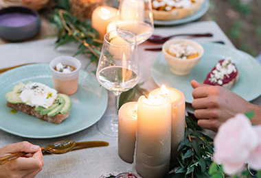 Mesa decorada para una cena romántica al aire libre.