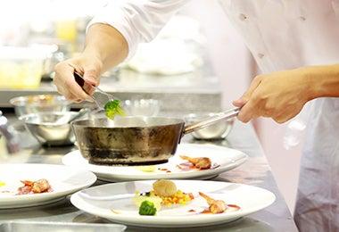 Chef cocinando con olla quemada