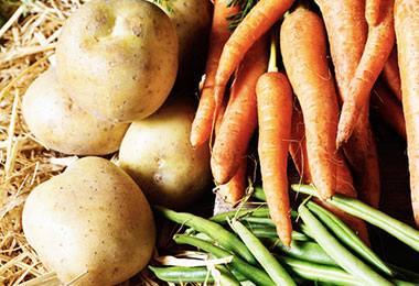 Papas y zanahorias frescas.