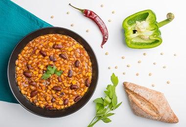 Plato con porotos, ají, pimentón, ingredientes mexicanos