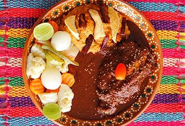 Plato de desayuno mexicano con mole