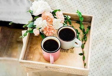 Bandeja con flores y desayuno sorpresa