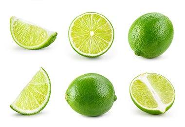 Limones enteros y cortados para limpiar olla quemada