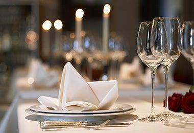 Mesa preparada para una cena romántica.