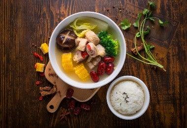 Plato con sopa de pollo