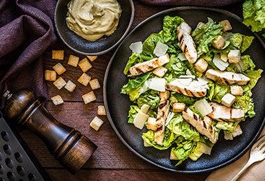 Ensalada con pollo para una cena romántica.