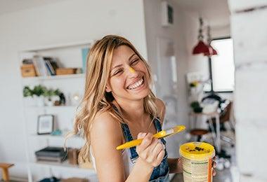 Mujer pintando porta utensilio
