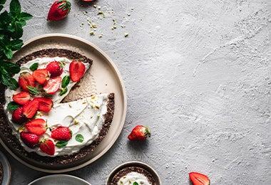 Postre con fresas y chocolate para una cena romántica.