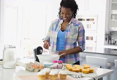 Una mujer cocinando uno de los postres fáciles